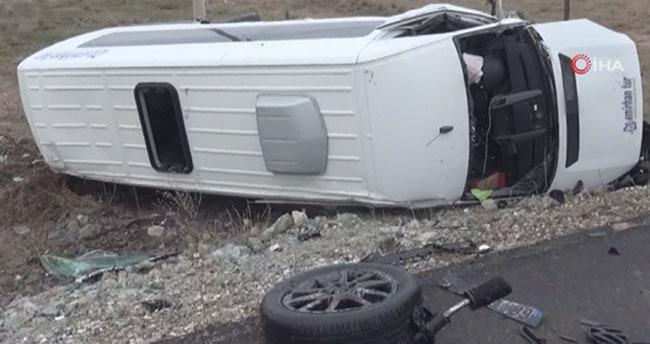 Aksaray'da otomobil ile servis minibüsü çarpıştı: Çok sayıda yaralı var!