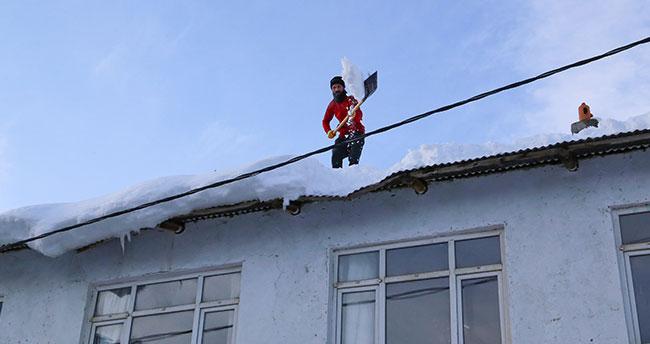 Hadim'de çatılar kardan temizleniyor