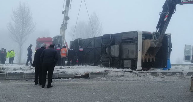 Isparta- Konya kara yolunda yolcu otobüsü devrildi: 3'ü ağır, 29 yaralı