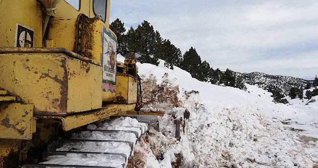 Konya'da yaylada kardan mahsur kalan besicilerin yolu yeniden açıldı