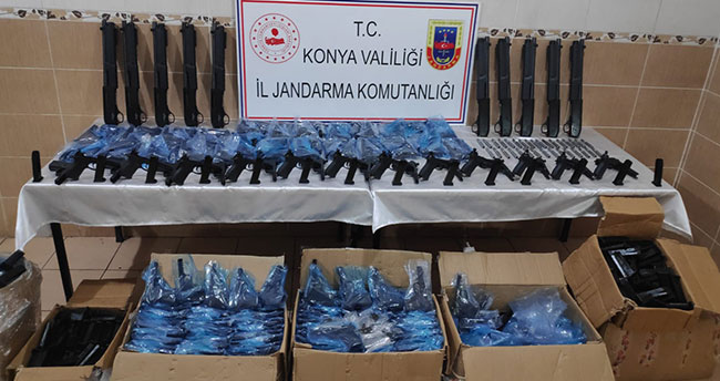 Konya'da kargo aracında 510 kaçak silah ele geçirildi! 4 kişi…