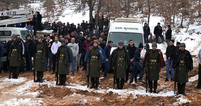 Konya'da şehit cenazesinde bir grup genç, üşümesinler diye montlarını askerlere giydirdi