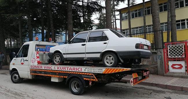 Konya'da seyir halindeki otomobil park halindeki araçlara çarptı: 3 yaralı