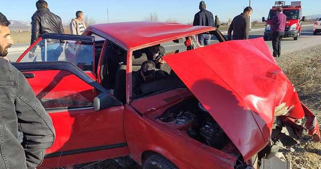 Konya'da otomobil elektrik direğine çarptı: 6 yaralı