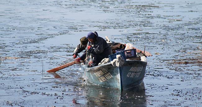 """Beyşehir Gölü'nde """"ekmek"""" buz tutan ağlarda aranıyor"""