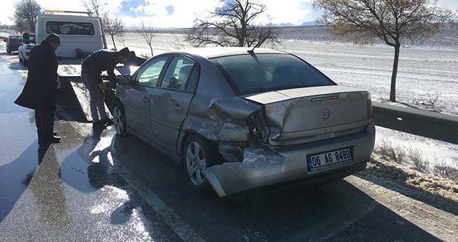 Kulu'da otomobil bariyerlere çarptı: 2 yaralı