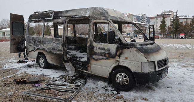 Karaman'daki yangında minibüs kullanılamaz hale geldi