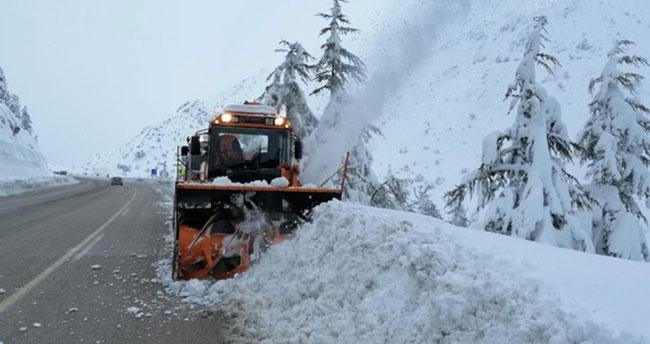 Kar kalınlığı 1.5 metreyi buldu! Konya Antalya kara yolunda karla mücadele