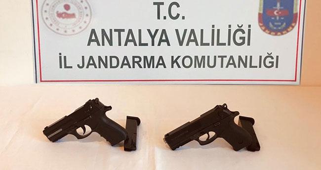 Konya'dan Antalya'ya götürdüğü ruhsatsız tabancaları satamadan yakalandı