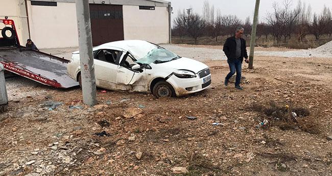 Konya'da otomobil elektrik direğine çarptı: 4 yaralı