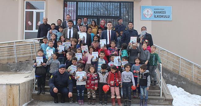 Karaman'da Kaymakam Çakır öğrencilere Jandarma Çocuk Dergisi dağıttı