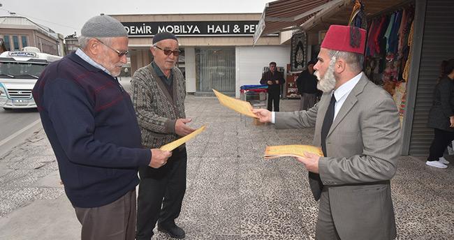 Konya'da İstiklal şairini canlandıran tiyatrocudan vatandaşa anlamlı hediye