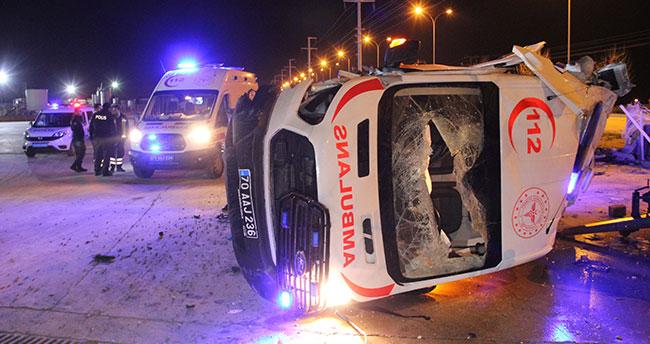 Karaman'da lastiği patlayan ambulans beton bariyere çarparak fabrika bahçesine devrildi: 3 yaralı