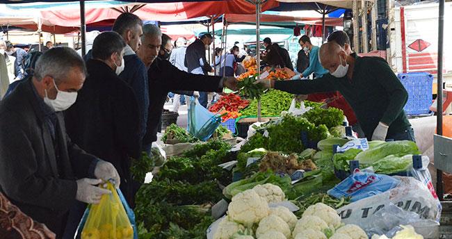 Vatandaşlar market ve pazarlara maskeyle girdi