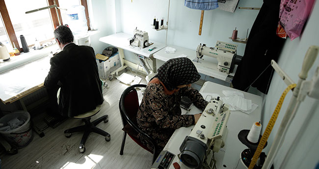 Konya'da terzi karı koca sağlık çalışanlarına ücretsiz maske üretiyor