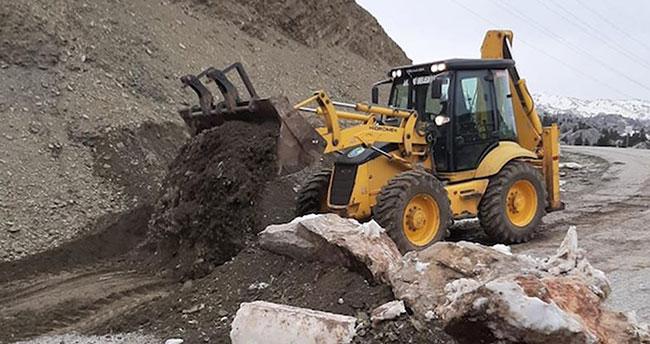 Antalya'yı Konya'ya bağlayan yayla yolu kayalarla kapatıldı