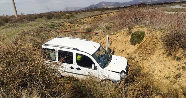 Konya'da hafif ticari araç şarampole devrildi: 4 yaralı