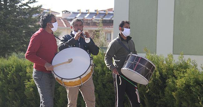 Konya'da mahalle muhtarından sokağa çıkamayanlar için davul zurnalı moral etkinliği