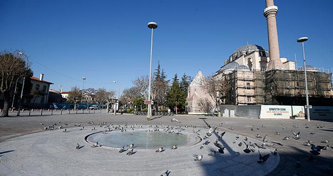 Konya sokaklarının sessizliğini sadece kuşlar bozuyor