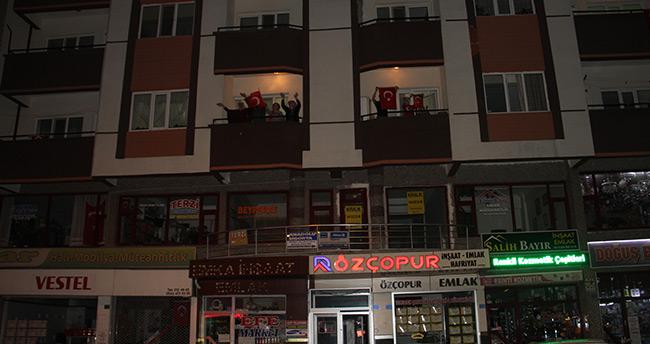 İstiklal Marşı 23 Nisan coşkusuyla balkonlardan seslendirildi