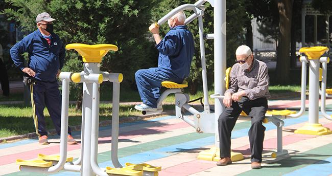Konya'da 65 yaş üstü izinliler parklara akın etti