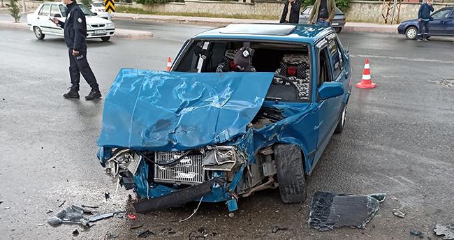 Konya'da kamyonetle otomobil çarpıştı: 2 yaralı