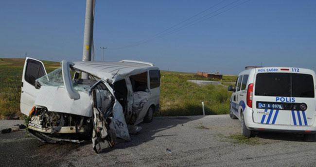 Konya'da elektrik direğine çarpan minibüsteki 4 kişi yaralandı! Yaralılardan biri hastanede hayatını kaybetti