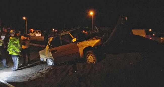 Aksaray'da otomobil kum yığınına çarptı: 1 ölü, 3 yaralı