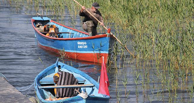 Beyşehir Gölü'nde av yasağının sona ermesiyle ağlar göl sularıyla buluştu