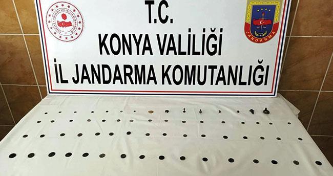 Konya'da jandarmanın durdurduğu araçta 63 parça tarihi eser ele geçirildi