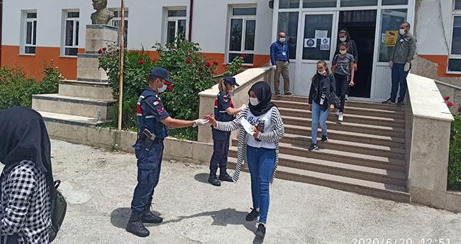 Jandarmadan LGS'ye giren öğrencilere sınav çıkışında ikram