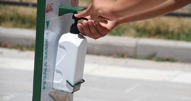 Konya'da lise öğrencileri Kovid-19'a karşı ayak pedallı dezenfektan makinesi üretiyor