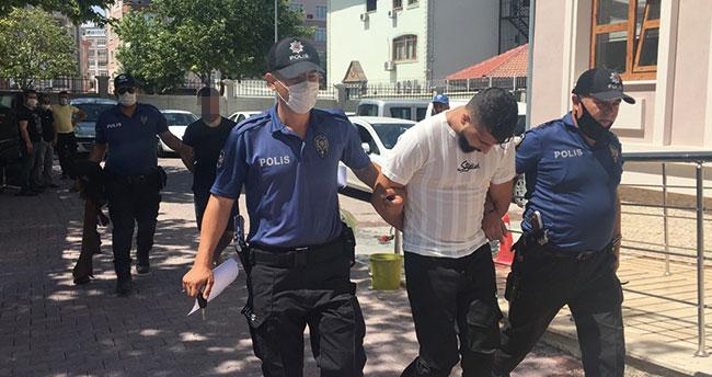 Konya'da kuyumcunun aracından para çalan 2 şüpheli, kadın kıyafetiyle yakalandı