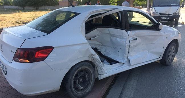 Konya Kulu'da minibüsle otomobil çarpıştı