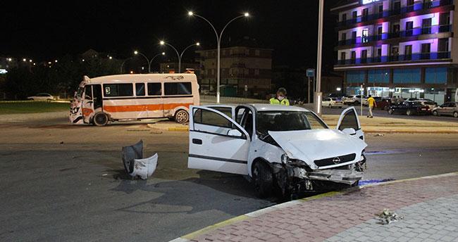 Karaman'da minibüs ile otomobil çarpıştı: 3 yaralı