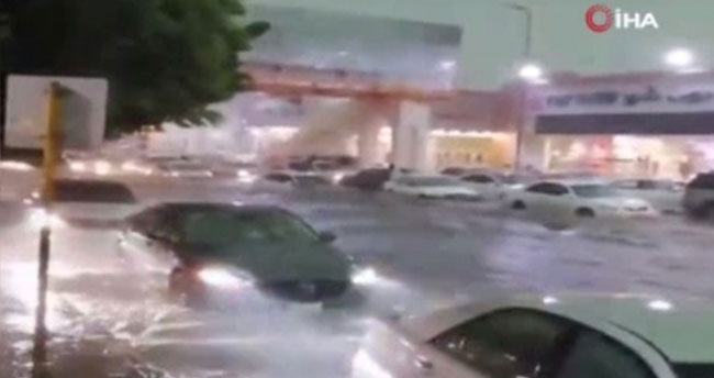 Suudi Arabistan'ın Taif şehrini sel vurdu