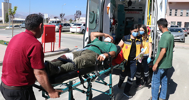 'Acemi kasaplar' kurban kesmeye çalışırken yaralandı