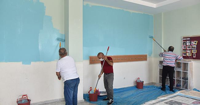 Karaman'da Vali, işçilerle birlikte okul duvarı boyadı