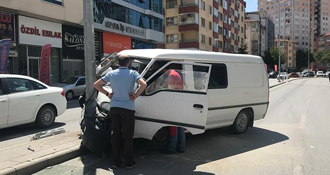 Konya'da yaşandı! Tansiyonu düşen sürücü refüjdeki elektrik direğine çarptı