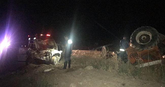 Konya'da otomobil traktöre çarptı: 2 yaralı