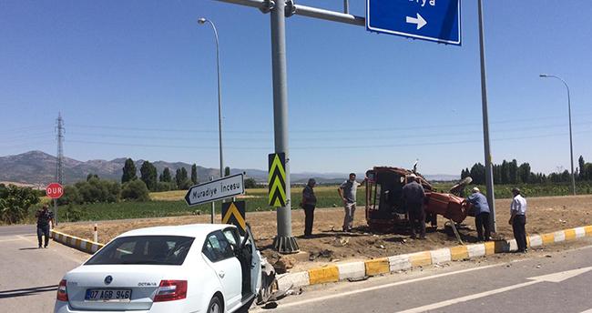Konya'da ehliyetsiz sürücünün kullandığı traktör ile otomobil çarpıştı: 4 yaralı