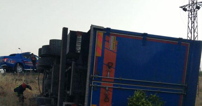 Konya'da kargo firmasına ait kamyon şarampole devrildi