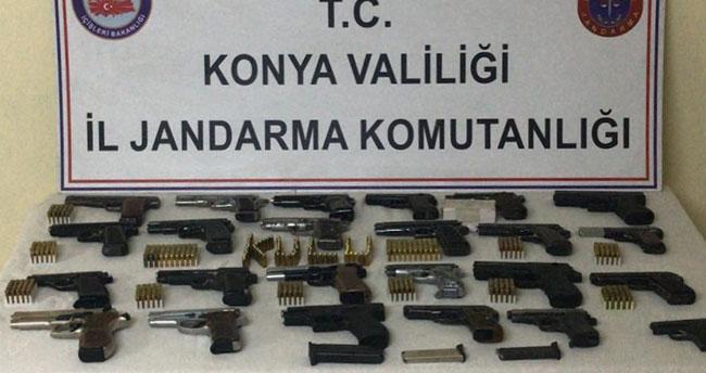Konya'da 24 ruhsatsız tabancayla yakalanan 2 şüpheli tutuklanarak cezaevine gönderildi
