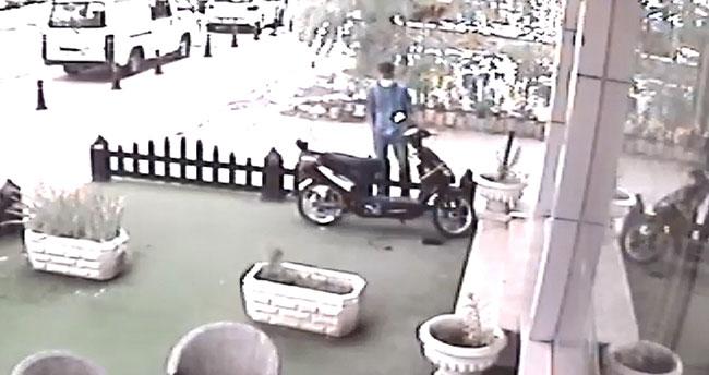 Konya'da bir şüpheli bir saat etrafı kontrol ettikten sonra elektrikli motosikleti çaldı