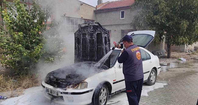 Konya'da seyir halindeyken alev alan otomobil itfaiye tarafından söndürüldü
