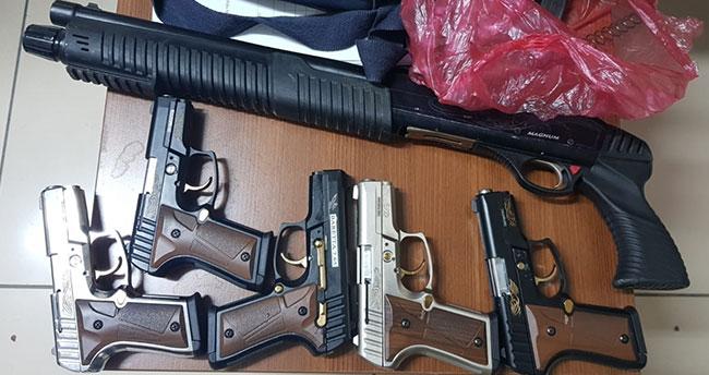 Konya'da bir otomobilde 6 tabanca ve pompalı tüfek bulundu