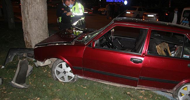 Konya'da kontrolden çıkan otomobil ağaca çarptı: Polis hastanede yaralı aradı