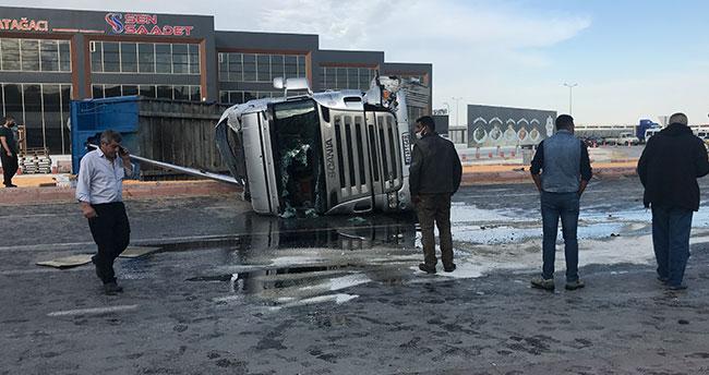 Konya'da mısır yüklü tır otomobillere çarpıp devrildi: 3 yaralı