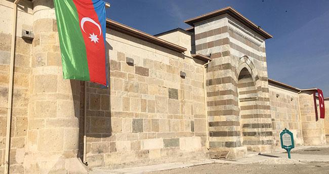 Zazadin Hanı'na Azerbaycan bayrağı asıldı
