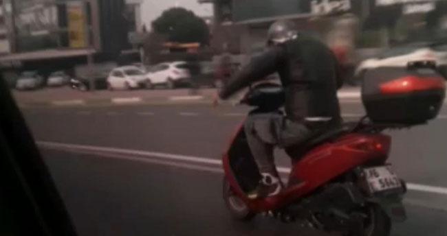 Trafikte ilginç anlar! Motosikletini kamçılayan adam…